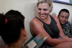 Una voluntaria interactúa con niños de El Paredón, Escuintla en la Biblioteca Buena Vista. Foto: Jorge Rodríguez/Viatori