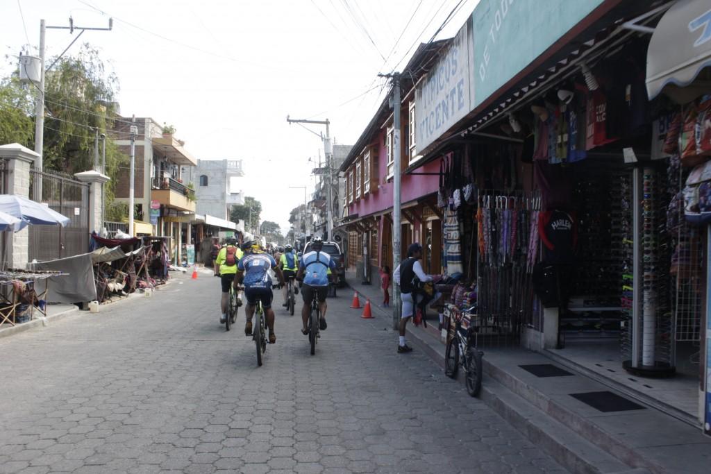 La bici permite entrar en contacto con el folclor local. Foto: Jorge Rodríguez/Viatori