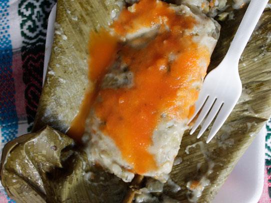 A diferencia de un tamalito normal, este contiene apio, cebolla y otras verduras dentro de la masa. Foto: Jorge Rodríguez/Viatori