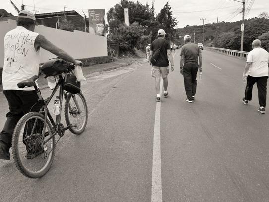 A pie o en bicicleta, los peregrinos anhelan la llegada a la Basílica. Foto: Nathalie Vigia/Viatori