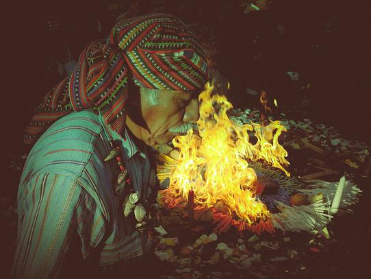 Ceremonias espirituales con el fuego como protagonista se practican constantemente en este lugar. Foto: Jorge Rodríguez/Viatori