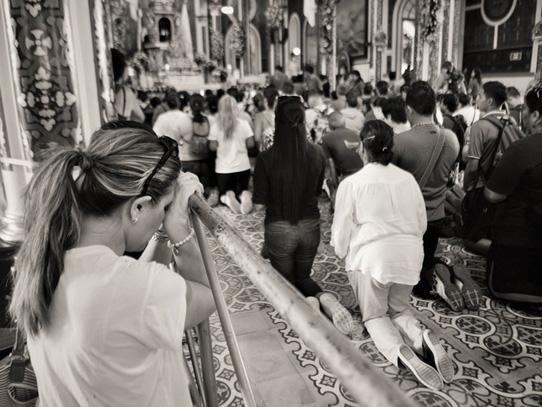 Como es costumbre, los peregrinos ingresan a la iglesia de rodillas. Foto: Nathalie Vigia/Viatori