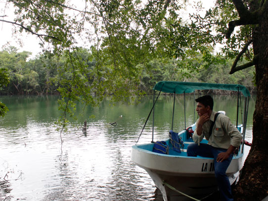 A pie, en bus, en carro, en lancha o en avión. Siempre encontrarás una forma de moverte en Guatemala. Foto: Jorge Rodríguez/Viatori
