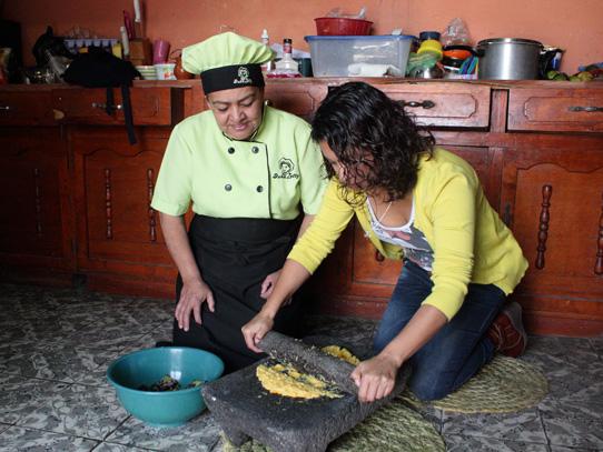 En Xela se realiza un tour gastronómico que te permite la oportunidad de preparar tus propios rellenitos. Foto: Jorge Rodríguez/Viatori