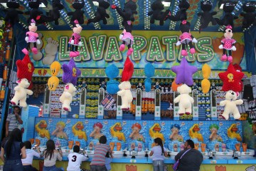 Juegos típicos de feria en el auditorio Benito Juárez. Foto: Manuel García/Viatori