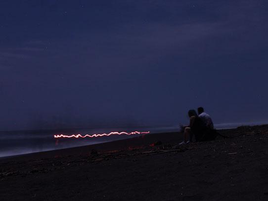 Las tortugas salen a desovar en horas de la noche y para no asustarlas, se usa luz roja. Foto: Jorge Rodríguez/Viatori