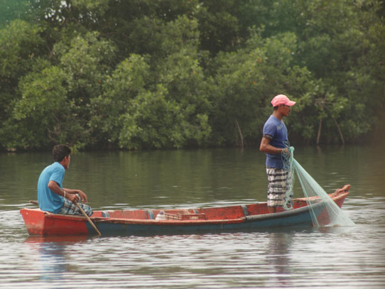 Además del turismo, las comunidades de Sipacate se benefician de otras actividades como la pesca artesanal. Foto: Jorge Rodríguez/Viatori