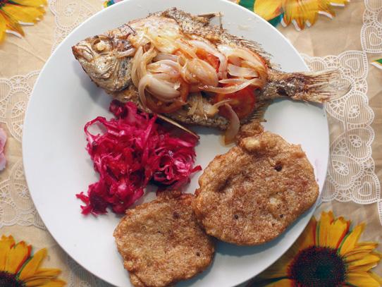 Pescado frito encebollado, ensalada de repollo morado y machuca frita de plátano verde. Foto: Jorge Rodríguez/Viatori