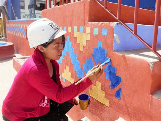 La gente de Palopó se ha unido para dar un nuevo brillo a las paredes de su pueblo. Foto: Jorge Rodríguez/Viatori