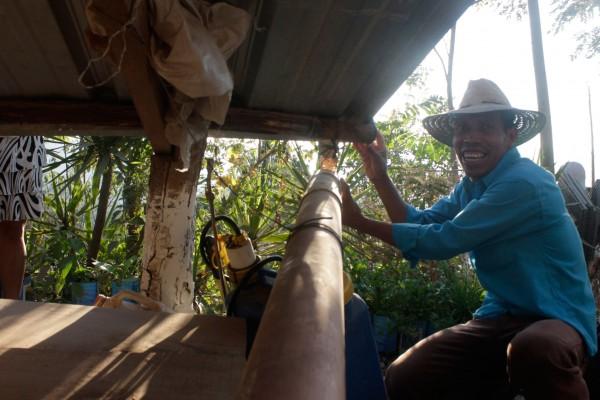 Santos Interiano, promotor del CADER en Pitahaya, muestra su sistema de recolección de agua. Foto: FAO Guatemala
