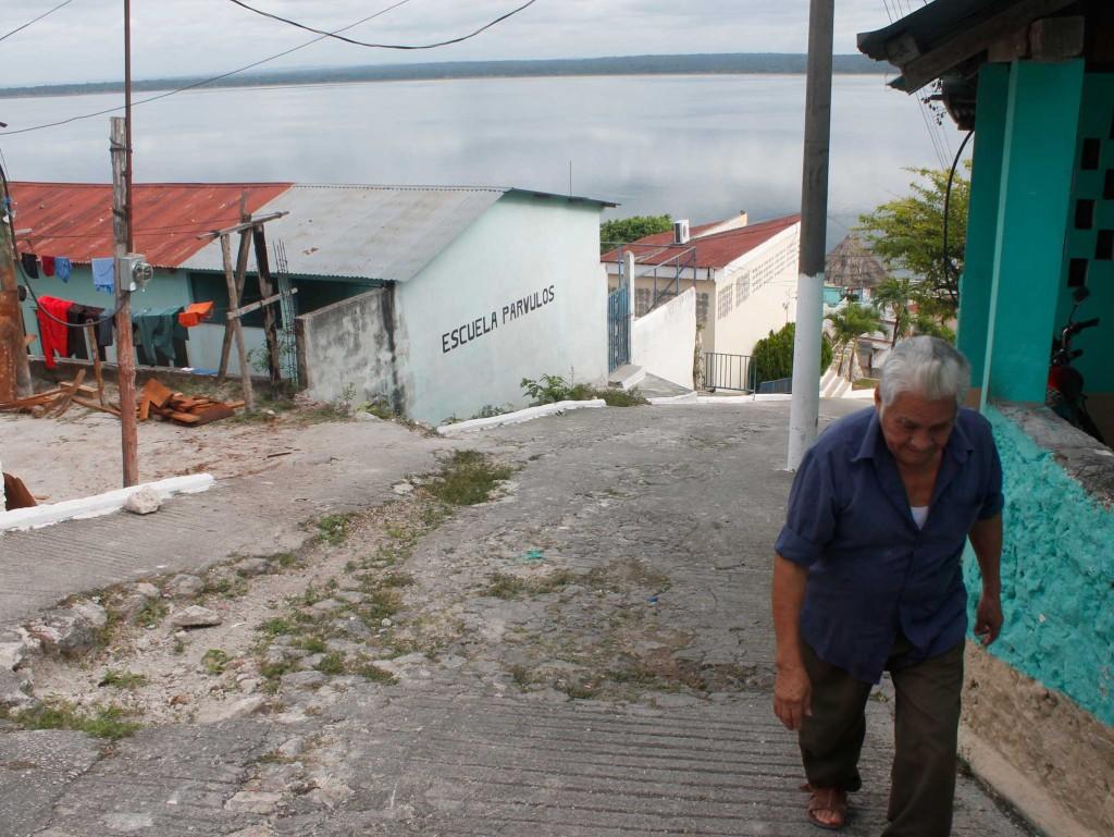 Reginaldo Chayax, director de Asociación Bio-Itzá, camina por las calles de San José, Petén, un municipio guatemalteco de unos 5 mil habitantes. Foto: Jorge Rodríguez/Viatori
